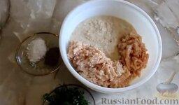 Куриные котлеты без яиц (в духовке): Куриное филе, хлеб и лук перекрутить через мясорубку. Зелень измельчить ножом.