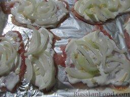 Куриные отбивные, запеченные с помидорами и сыром: Лук порежьте соломкой, посыпьте им отбивные.