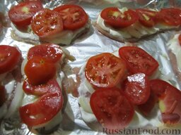 Куриные отбивные, запеченные с помидорами и сыром: А сверху выложите помидоры, порезанные кружочками. Отправьте куриные отбивные с помидорами в разогретую до 180 градусов духовку на 20 минут.