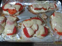 Куриные отбивные, запеченные с помидорами и сыром: Потом достаньте из духовки, посыпьте тертым на терке сыром и отправьте куриные отбивные с сыром в духовку еще минут на 5-7.  Запеченные куриные отбивные с помидорами и сыром готовы.  Приятного аппетита!