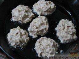Котлеты из фасоли и картофеля: Получившуюся массу выкладывайте ложкой в разогретое растительное масло.