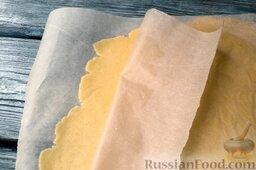 Ягодный тарт с черникой и белковым кремом: Спустя время достаньте тесто из холодильника, расположите между двумя листами пергамента и раскатайте до толщины 3-4 мм скалкой.
