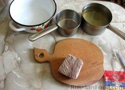 Заливное из говядины: Как приготовить заливное из говядины:    Заранее отварить говядину до готовности. Для этого поместить мясо в кипящую подсоленную воду и варить на медленном огне. В этом же бульоне сварить морковь.