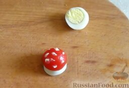 Заливное из говядины: Из помидорки черри, половинки перепелиного яйца и майонеза сделать мухомор.
