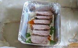Заливное из говядины: Сверху поместить мясо и влить немного бульона, дать застыть. Затем вылить оставшийся бульон и оставить заливную говядину до полного застывания.