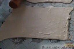 Венгерские ватрушки: Как приготовить венгерские ватрушки с творогом:    Раскатаем слоеное тесто.