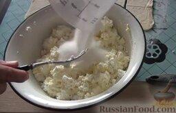 Венгерские ватрушки: Добавляем сахар и натертую на терке цедру лимона. Перемешиваем - и начинка для венгерских ватрушек готова.