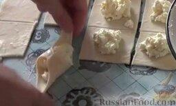 Венгерские ватрушки: Выкладываем начинку на квадратики и соединяем края. Заготовки выкладываем на противень и отправляем венгерские ватрушки с творогом в духовку, разогретую до 160 градусов, на 15-20 минут.