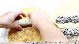 Курица, фаршированная блинами: Завернуть фарш в готовые блинчики.