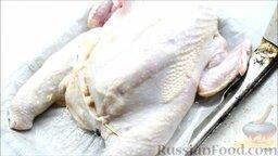 Курица, фаршированная блинами: Зашить ниткой или шпажкой открытые места в шкуре. Проткнуть куриную шкуру в нескольких местах зубочисткой. Запекать курицу, фаршированную блинами, в течение одного часа при температуре 180 градусов.