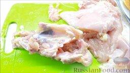 Курица, фаршированная блинами: Разобрать курицу, удалить все косточки.