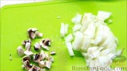 Курица, фаршированная блинами: Лук и грибы нарезать кубиками.