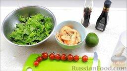 Салат с креветками: Подготовить ингредиенты для салата с креветками и авокадо. Креветки разморозить. Микс салата помыть, порвать произвольно и положить в миску.