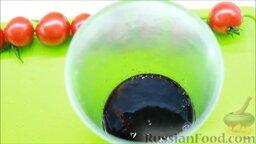 Салат с креветками: В чашу для блендера добавить 30 мл бальзамического соуса, 20 мл соевого соуса и сок лайма.