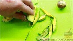 Салат с креветками: Очистить авокадо. Обрезать небольшие кусочки авокадо и добавить в чашу блендера.