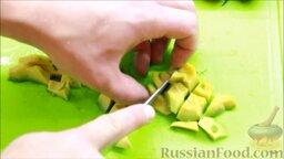 Салат с креветками: Оставшееся авокадо нарезать кубиками и отправить в миску с зеленью.