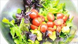 Салат с креветками: Помидоры разрезать пополам и добавить к салатным листьям.