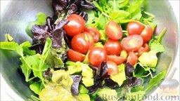 Салат с креветками: Заправить салат приготовленным соусом. Перемешать.