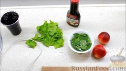 Летний салат с ежевикой и нектарином: Подготовить ингредиенты для приготовления летнего салата с нектаринами и ежевикой.