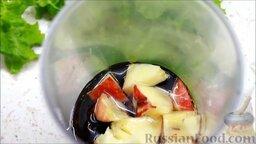 Летний салат с ежевикой и нектарином: Половинку нектарина нарезаем небольшими кусочками и добавляем в чашу. Вливаем оливковое масло и перебиваем все блендером.