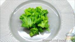 Летний салат с ежевикой и нектарином: Собираем летний салат с нектаринами и ежевикой. Порвав листья латука руками, выкладываем их на тарелку.