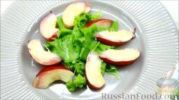 Летний салат с ежевикой и нектарином: Затем - порезанный дольками персик (оставим немного для украшения).