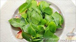 Летний салат с ежевикой и нектарином: Сверху выкладываем базилик.