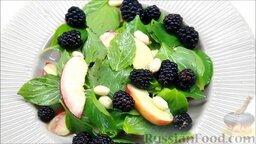 Летний салат с ежевикой и нектарином: Затем посыпаем орешками, ежевикой и украшаем нектариновыми дольками.