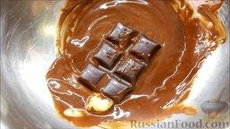 Блины с корицей, клубникой и шоколадной глазурью: Растопить на водяной бане черный шоколад с 5 г сливочного масла и 7 г растительного масла.