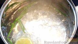 Цветная капуста под соусом бешамель: В кипящую воду (2 л) добавить стебли укропа и кусочек лимона, чтобы капуста была хрустящей.