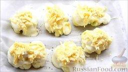 Цветная капуста под соусом бешамель: Выложить сырную смесь на цветную капусту.