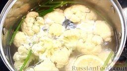 Цветная капуста под соусом бешамель: Посолить воду, добавить в кипящую воду капусту и варить 4 минуты.