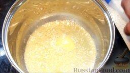 Цветная капуста под соусом бешамель: Раскалить сотейник, добавить сливочное масло.