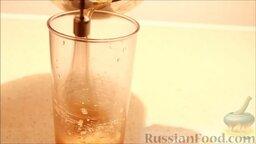 Маршмеллоу в домашних условиях: Не прекращая взбивать, постепенно добавить слегка охлажденный сироп.