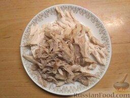 Суп с плавленым сыром и курицей: Как приготовить суп с плавленым сыром и курицей:    Первое, с чего необходимо начать приготовление супа, это варка куриного бульона. Как только бульон будет готов, выньте из кастрюли курицу и поотщипывайте мясо от костей. Готовые кусочки мяса отправьте обратно в кастрюлю.