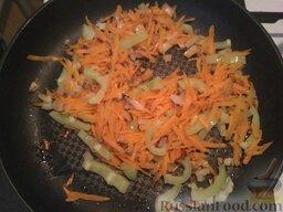 Суп с плавленым сыром и курицей: Тем временем, пока варится картофель, очень быстро натрите морковь на терке, нарежьте лук мелким кубиком и перец полукольцами. Разогрейте сковородку, влейте в нее масло и обжарьте овощи до полного размягчения.