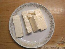 Суп с плавленым сыром и курицей: Плавленый сырок нарежьте кубиком. Добавьте в кастрюлю с супом.