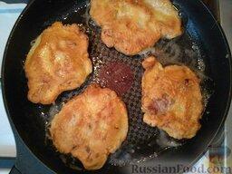 Отбивные с сыром и помидорами: Обмакивая отбивную в кляре (смесь муки и яиц) выкладывайте на сковородку, обжаривайте с двух сторон до зарумянивания корочки, около 2-х минут с каждой стороны.