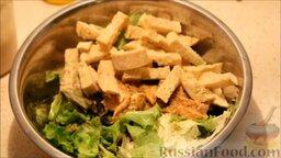 """Салат """"Цезарь"""": Добавить крутоны и куриное филе в салат."""