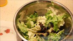 """Салат """"Цезарь"""": Листья салата порвать руками и добавить к помидорам."""