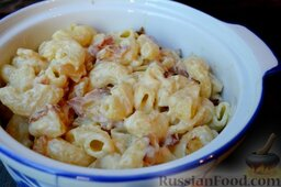 Паста с грушей и беконом, под соусом бешамель: Залейте соусом бешамель, перемешайте и переложите пасту в посуду для запекания.