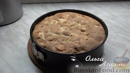 Яблочная шарлотка от Ольги: Отправить яблочную шарлотку в духовку, разогретую до 180 градусов, на 30-40 минут.