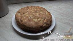 Яблочная шарлотка от Ольги: Остудить пирог с яблоками и извлечь из формы.
