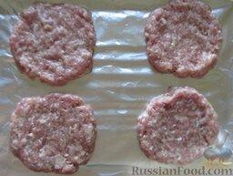 """Мясные котлеты """"Сугробы"""": Фарш посолите, поперчите. Из фарша сформируйте 4 котлеты толщиной 2 см. Выложите на противень, застеленный фольгой и смазанный маслом."""