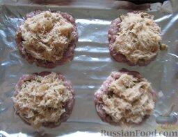 """Мясные котлеты """"Сугробы"""": И только в этот момент картофель почистите и потрите на терке. Выложите сверху грибов. Отправьте в разогретую до 180 градусов духовку на 20 минут."""