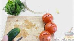 Гаспачо (холодный томатный суп): Как приготовить холодный томатный суп гаспачо:  Помидоры помыть, сделать крестообразные надрезы.