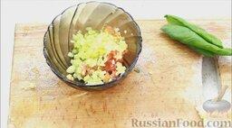 Гаспачо (холодный томатный суп): Половинки помидора, огурца, чеснока (удалить сердцевину) и лука нарезать мелкими кубиками. Соединить в глубокой миске.