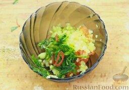 Гаспачо (холодный томатный суп): Измельчить оставшийся базилик и добавить в миску. Туда же добавить перец чили, нарезанный колечками. Заправить оливковым маслом (5 г) и перемешать.