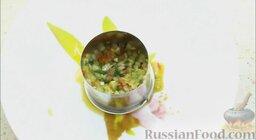 Гаспачо (холодный томатный суп): На тарелку выложить кулинарное кольцо и выложить туда мелко нарезанные овощи.