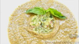 Гаспачо (холодный томатный суп): Украсить томатный суп гаспачо базиликом и подавать охлажденным.   Всем приятного аппетита!